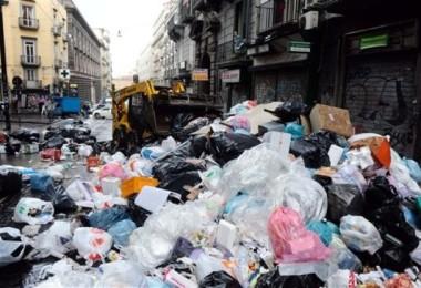 rifiuti per strade di Napoli